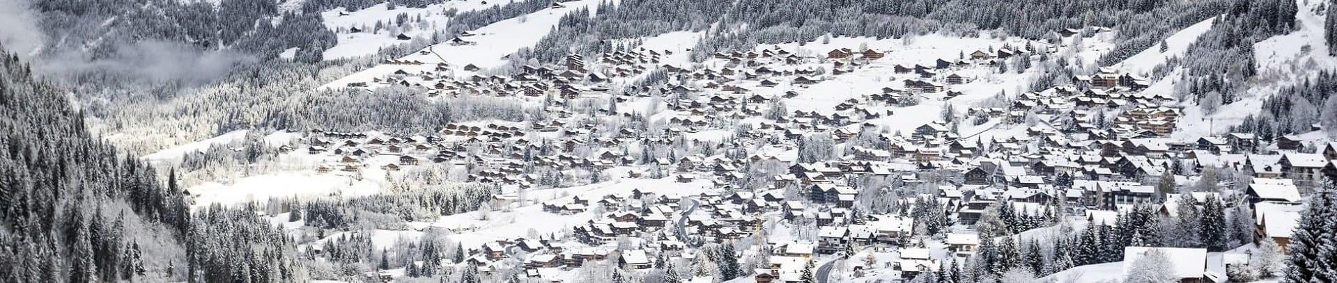 Le village de Châtel sous la neige en hiver