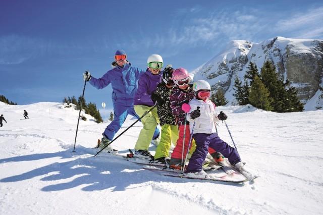 A Noël, les enfants skient gratuitement