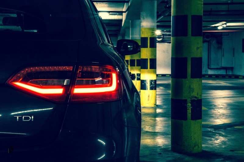 Garer une voiture dans le parking souterrain de Châtel