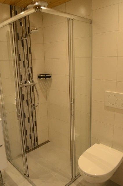 Chalet les sources, salle de douche de la chambre au rez de chaussée, Châtel