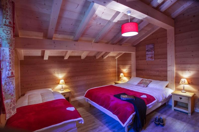 Chalet le Savoyard, Chambre 1 lit double + 1 lit simple n °1, Châtel