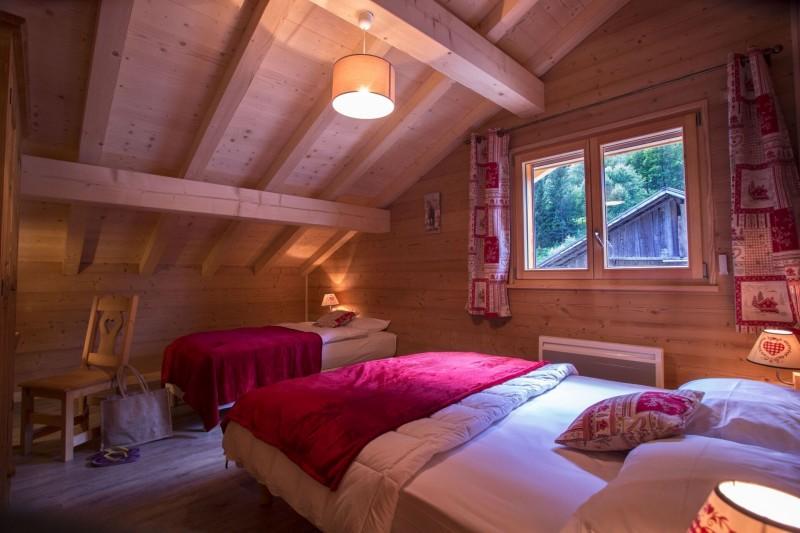 Chalet le Savoyard, Chambre 1 lit double + 1 lit simple n °2, Châtel