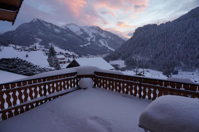 Chalet les 3 ours vue depuis la terrasse en hiver Châtel