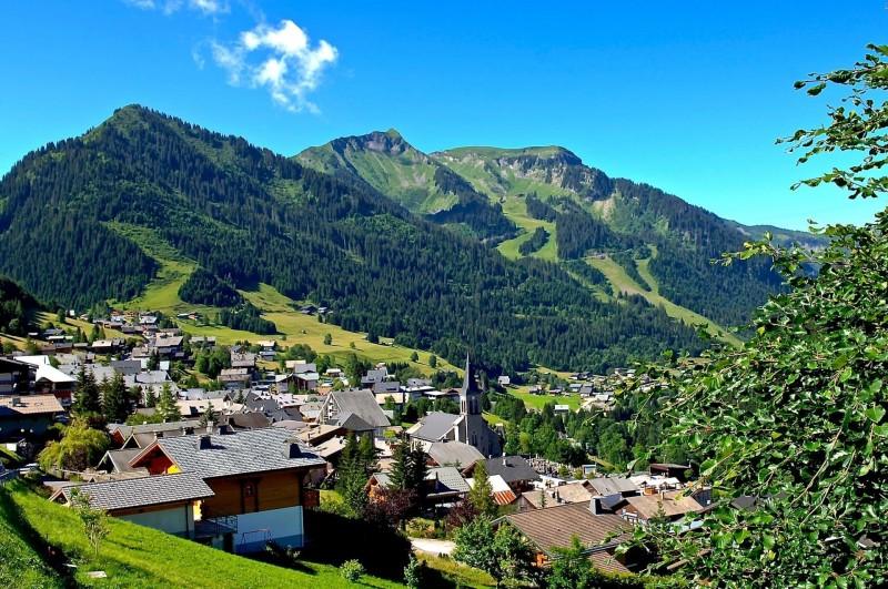 vue sur le village de Châtel en été